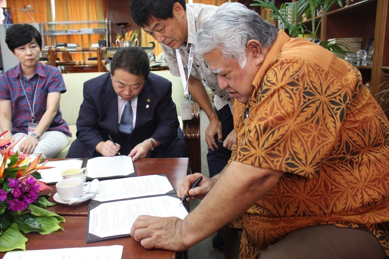 Samoa Rugby Union Chairman and Prime Minister Tuilaepa Dr. Lupesoliai Sailele Malielegaoi (right) and Iwaki City Mayor Toshio Shimizu signing the agreement this afternoon. (Visit our Government Facebook Page @samoagovt or website www.samoagovt.ws for gift exchange pictures between Prime Minister Tuilaepa and Mayor Shimizu)