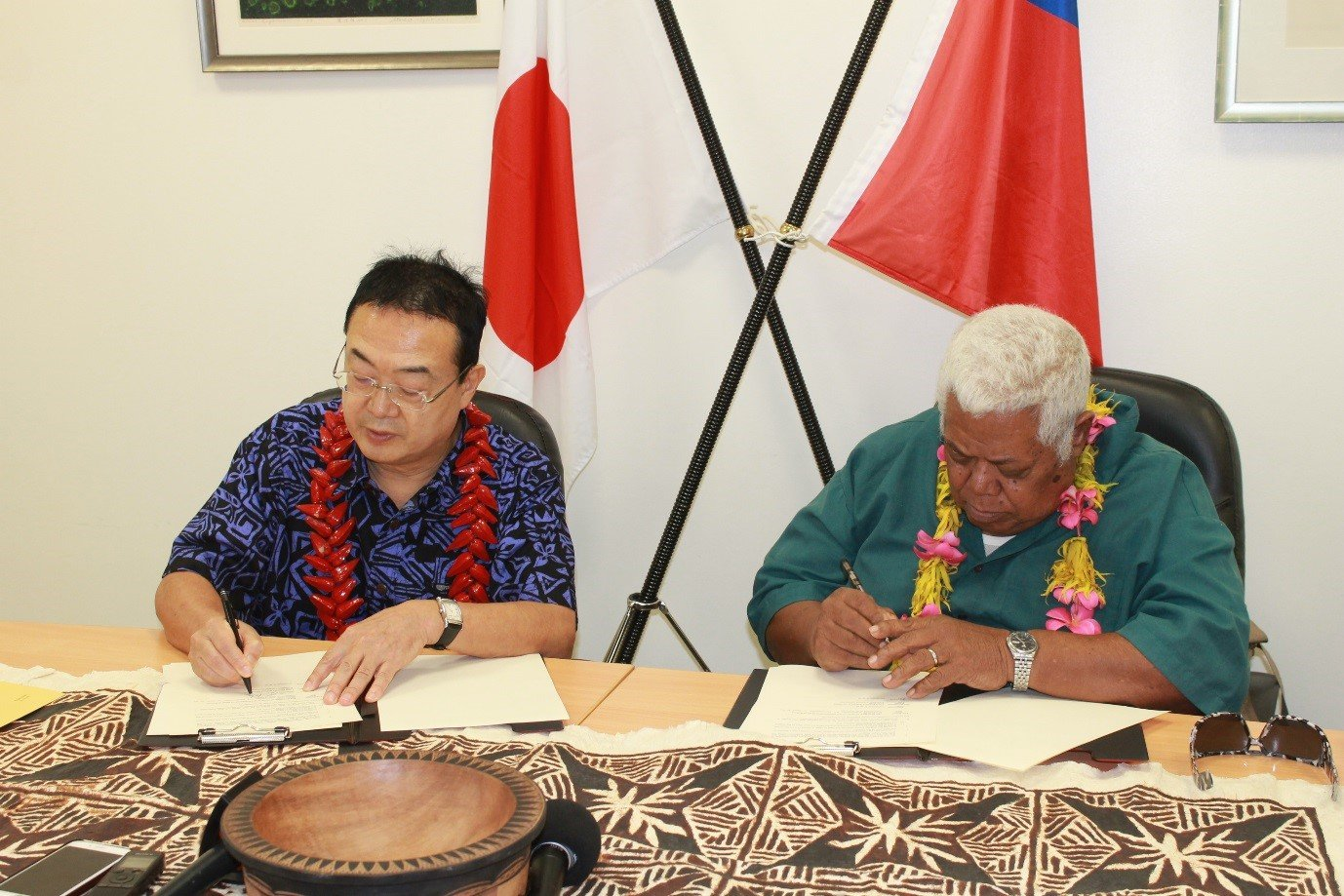 SIGNING OF THE GGP GRANT CONTRACT: Ambassador Extraordinary and Plenipotentiary of Japan to Samoa, H.E. Maugaoleatuolo Shinya Aoki and President of Lona Primary School committee Logotaeao Siitia.