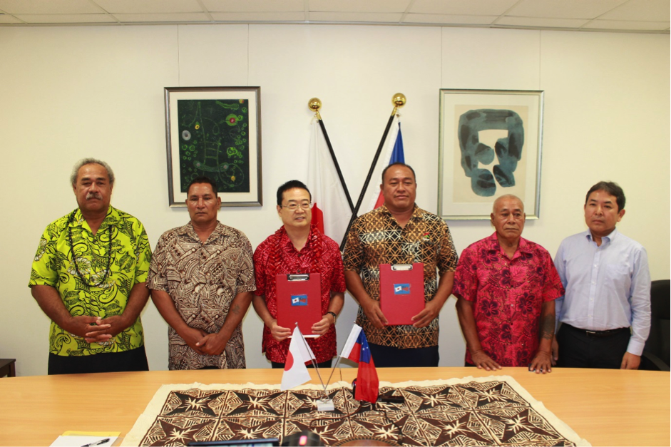 SPECIAL MOMENT: H.E. Maugaoleatuolo Shinya Aoki with Hon. Mulipola Leiataualetaua Laki Misikei (centre) flanked by members of the school committee and Embassy of Japan, Counsellor and Deputy Head of Mission, Mr Isao Kishi (far right).