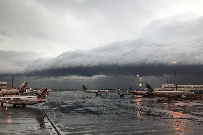 A storm approaches Sydney airport. ABC News: Oscar Coleman